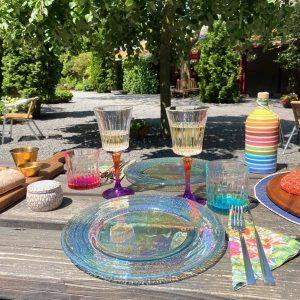Vrolijk gedekte tafel voor een stijlvolle barbeque