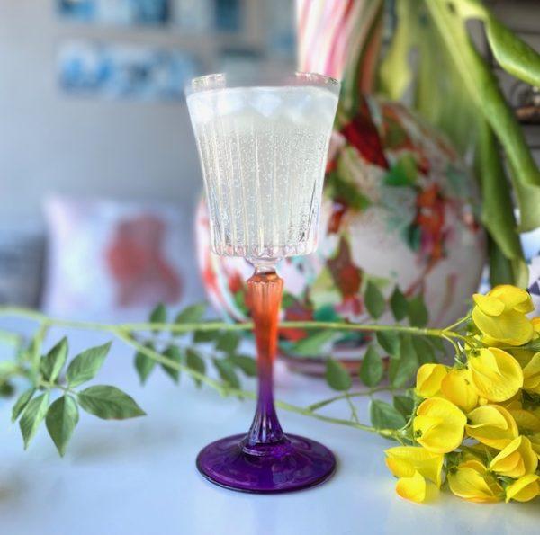 Limoncello Spritz in wijnglas gekleurde voet